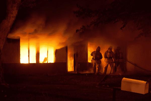 Hausfeuer beginnen nicht selten mit einem Schwelbrand.
