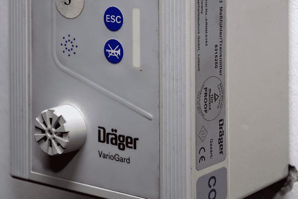 Kohlenstoffmonoxid-Meldegerät in einer Tiefgarage: Bislang sind die Sensoren noch recht voluminös.