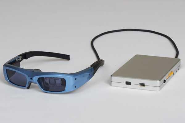 Ohne Steuerelektronik kommt die Brille noch nicht aus.