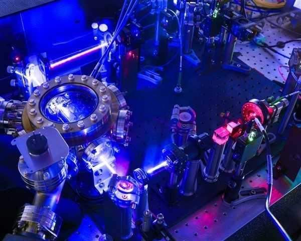 Laboraufbau in blauem Licht