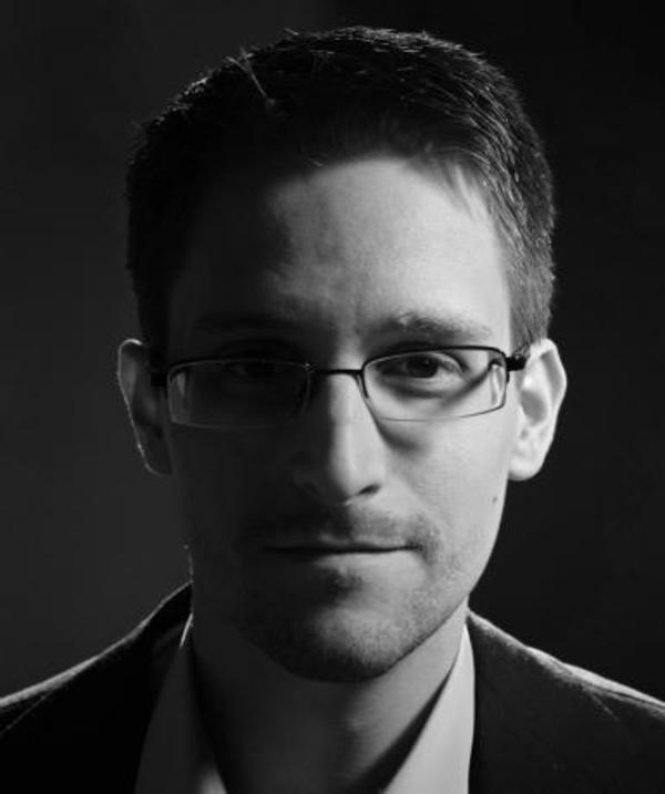 Edward Snowden Porträt in Schwarz-Weiß