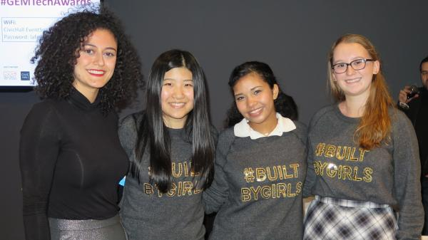 Eine Frau und drei Mädchen