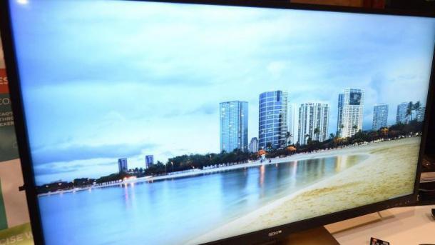 Fernseher zeigt Skyline mit Wolkenkratzern