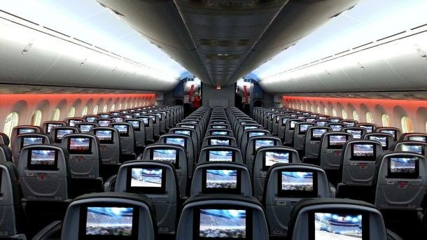 Flugzeugkabine mit Monitoren in den Sitzlehnen