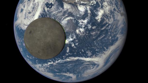 Monddurchgang mit Blick auf Erde