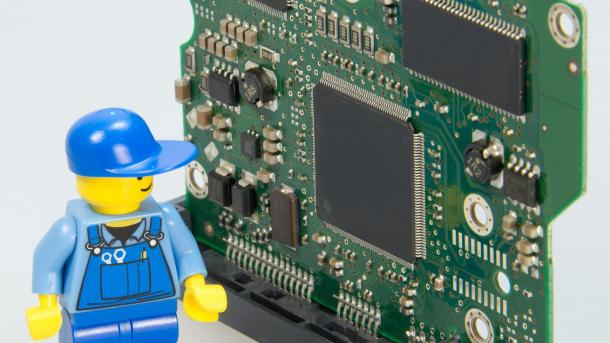 Legofigur vor Computerchips
