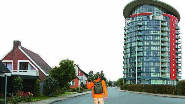 Mann vor Haus