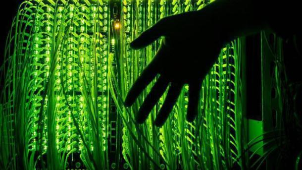 Hand vor Technik