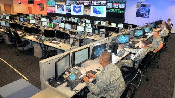 Soldaten vor Bildschirmen