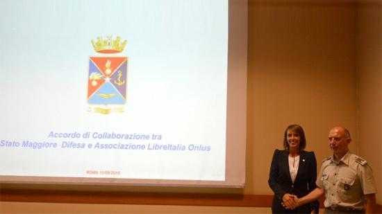 Sonia Montegiove (LibreItalia) und Konteradmiral Ruggiero Di Biase
