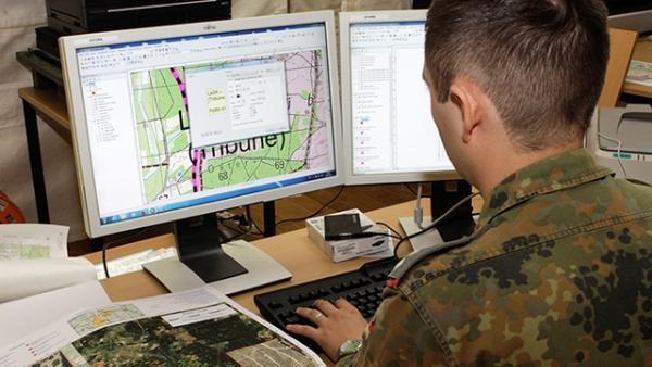 Soldat am Computer