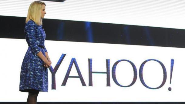Marissa Mayer im Ganzkörperprofil neben Yahoo-Logo