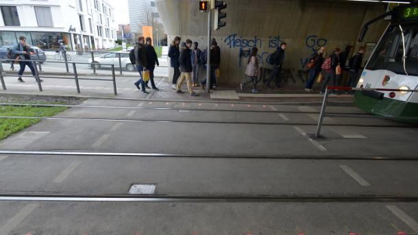 Augsburg testet Bodenampeln für Handynutzer