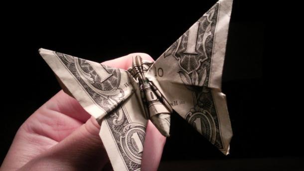 Dollarschein zu Schmetterling gefaltet