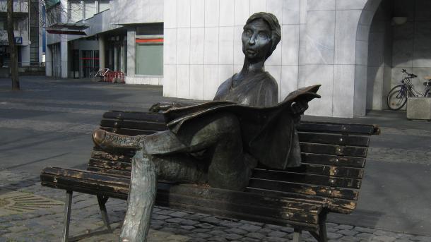 Statue eines Zeitungslesers