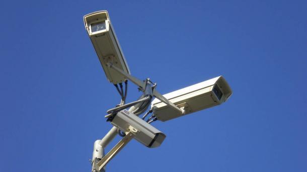3 Kameras auf einem Mast