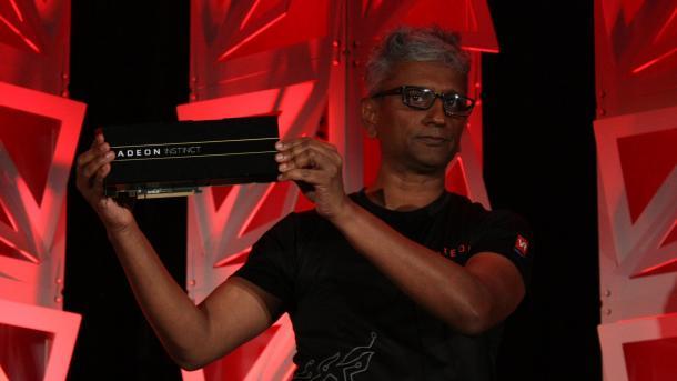 AMDs Chefarchitekt Raja Koduri zeigt im kalifornischen Sonoma die ersten Radeon-Instinct-Karten.