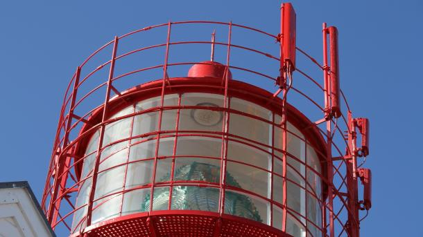 Rote Leuchtturmspitze mit roten GSM-Antennen
