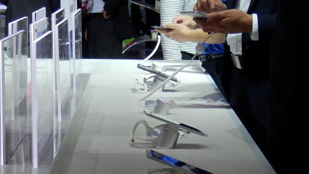 Besucher des MWC 2015 probieren neue Smartphones aus.