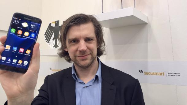 Secusmart-Geschäftsführer Dr. Christoph Erdmann mit dem Samsung Galaxy