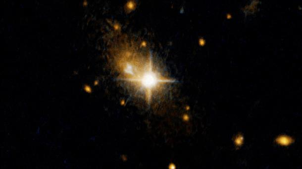 Hubble: Supermassives Schwarzes Loch rast aus Heimatgalaxie