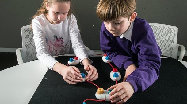 Kinder spielen mit Elektronik