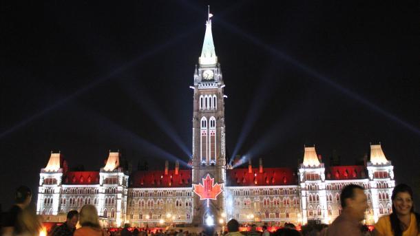 Parlamentsgebäude mit Lichtinstallation