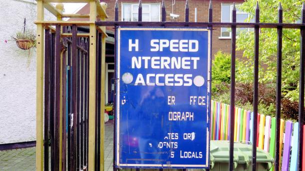 """Altes Schild, das einen """"Hi-Speed Internet Access"""" bewirbt, wo aber Buchstaben fehlen"""