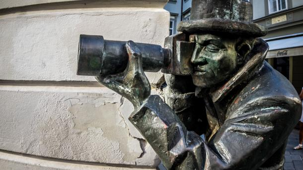 Bronzestatue eines Paparazzo