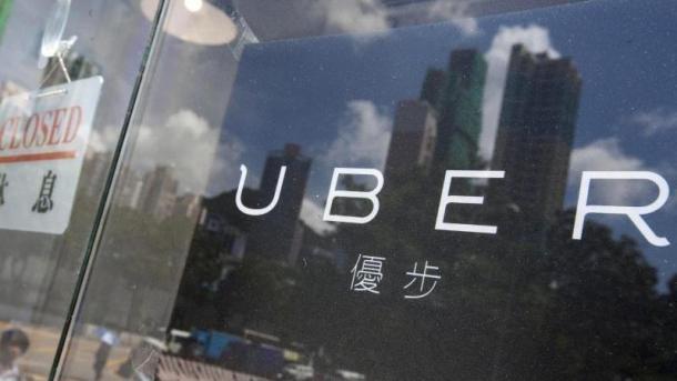Schriftzug Uber auf spiegelndem Glas