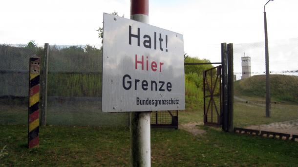 """Schild """"Halt! Hier Grenze Bundesgrenzschutz"""""""
