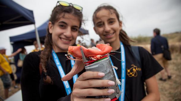 Schüler lassen selbst gebaute Mini-Satelliten fliegen