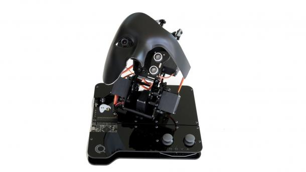 Ein schwarzer Roboterkopf auf einer schwarzen Platte