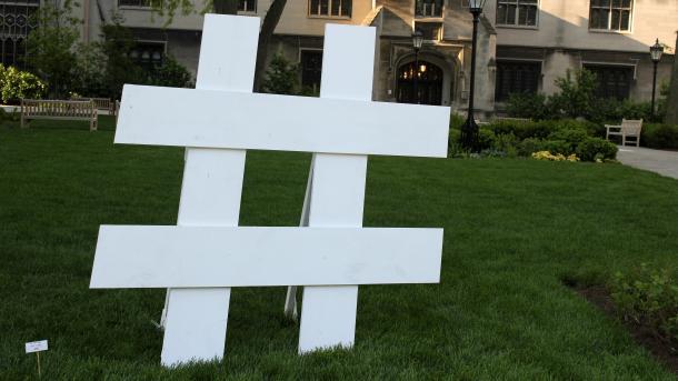 3D-Hashtag auf grünem Rasen