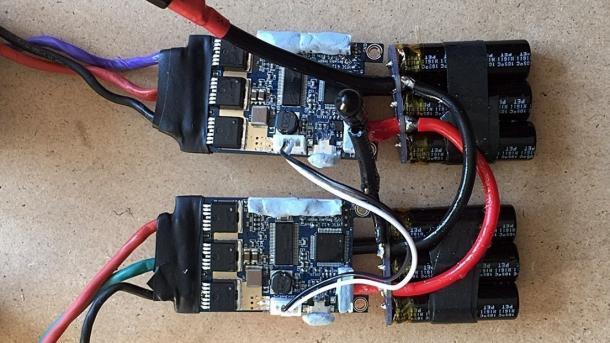 Zwei VESC-Boards parallel geschaltet und mit den Motoren verbunden