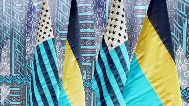 Negativ eines Bildes mit je 2 Fahnen der USA und Russlands