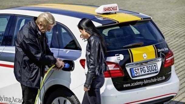 Elektroautos: TÜV plädiert für Fahrausbildung und Führerscheinprüfung mit E-Autos