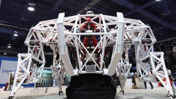Ein großer weißer Exoroboter