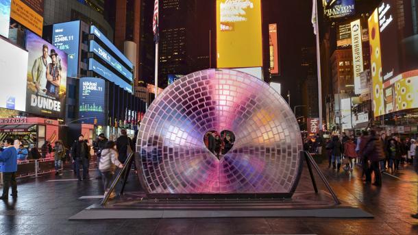 Auf dem Times-Square steht ein fast runde Glas-Installation mit Herz-Aussparung