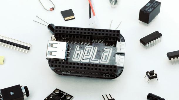 Ein schwarzes Board zwischen elektronischen Bauteilen