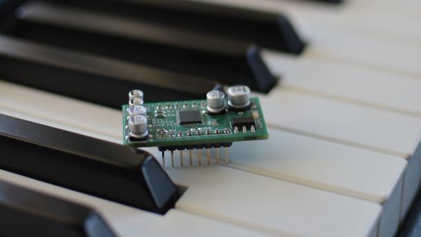 Ein grünes Board steht auf den Tasten eines Klaviers