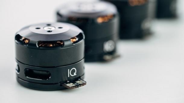 IQ Motor-Module: Runde schwarze Module auf hellem Grund