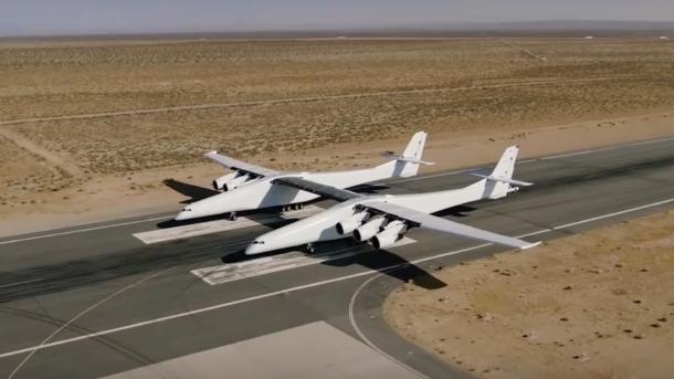 Doppelrumpfflugzeug Stratolaunch rollt erstmals aus eigener Kraft