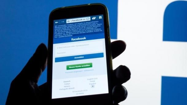 Handy mit Facebook-Anmeldemaske