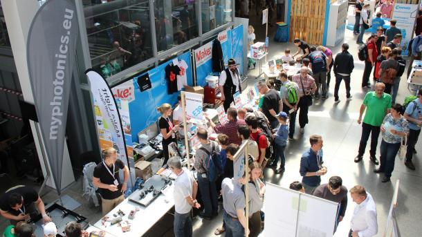 Das Make Magazin auf der Maker Faire Vienna 2018: Vor einem Stand stehen Besucherinnen und Besucher