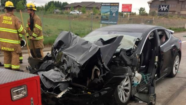 "Auffahrunfall mit Tesla im ""Autopilot""-Modus – US-Behörde ermittelt"