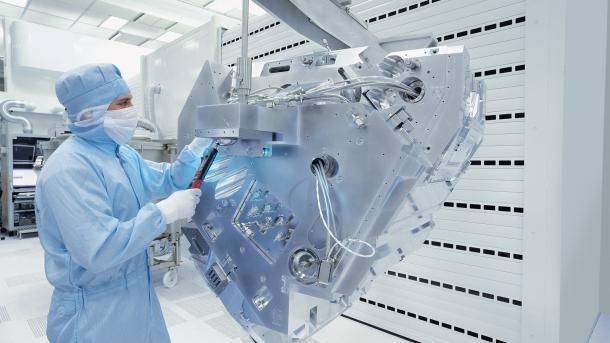 Carl Zeiss bezeichnet die EUV-Technik zur Halbleiterproduktion als die Zukunft für den Unternehmensbereich Halbleitertechnik. Dafür wird für EUV-Licht mit einer Wellenlänge von 13,5 Nanometern genutzt.