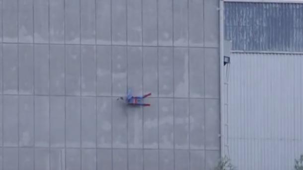 Greenpeace lässt Superman-Drohne in AKW-Gebäude crashen