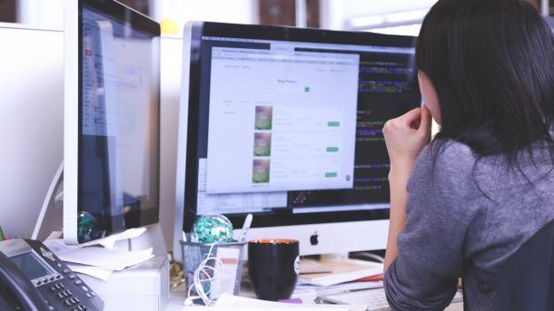 Digital Office Index 2018: Jeder zweite Beschäftigte arbeitet am Computer