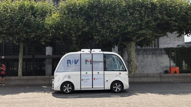 Autonom fahrender E-Bus startet Betrieb am Mainzer Rheinufer